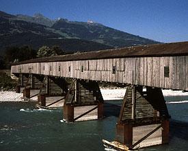 Holzbrücke und Rheinlauf bei Sevelen